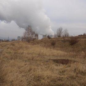 Základní hráz úložného prostoru, v pozadí elektrárna