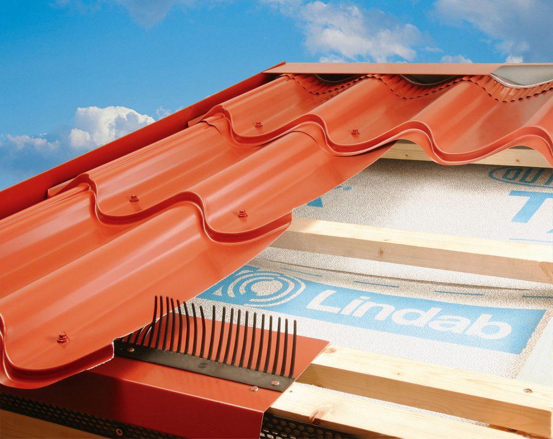 Lindab detailní struktura střechy s profilovanou střešní krytinou