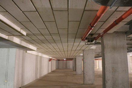 Strop v rozlehlých podzemních garážích vytvořený z lamel ISOVER TOP V Final