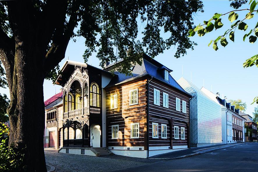 Dva stávající památkově chráněné domy byly doplněny o dva nové.