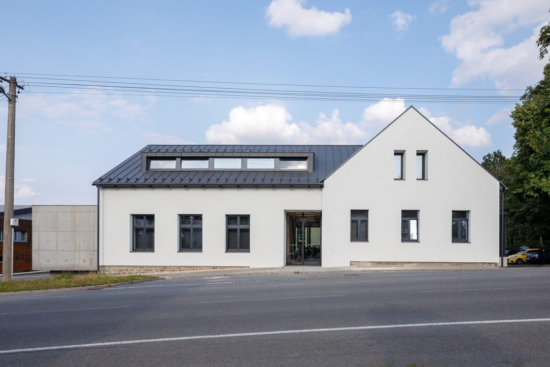 Rekonstrukce původního 150 let starého domu s novými okny a novou fasádou