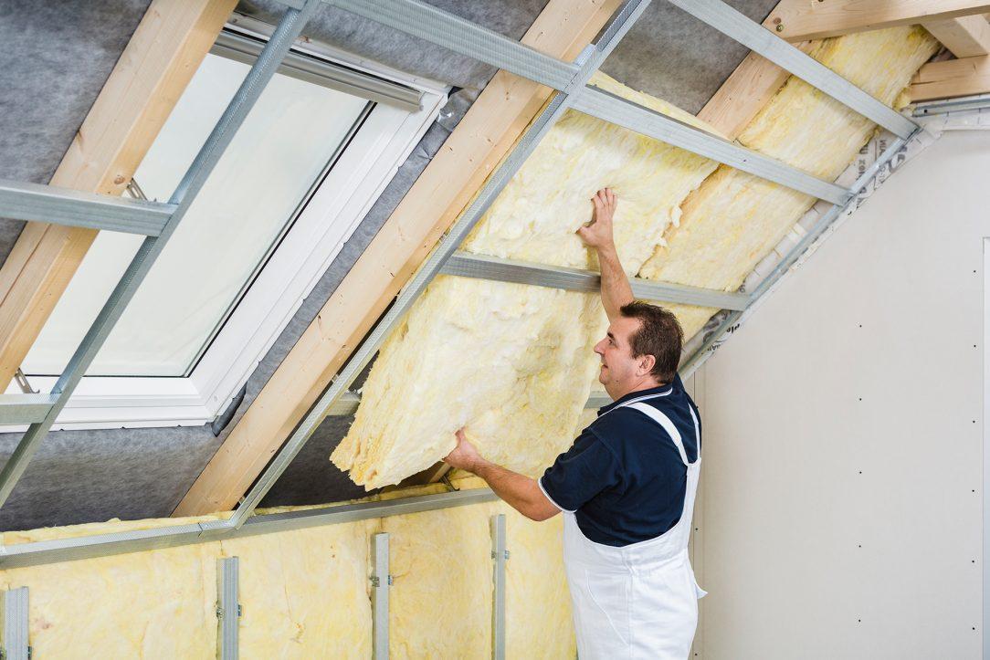 05 | Vložení izolace Minerální izolací, např. Isover UNIROL PROFI, vyplníme konstrukci kolem celého obvodu střešního okna.