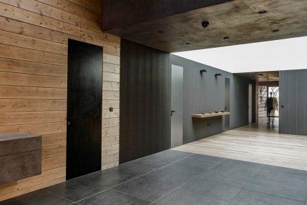 Dorsis Fortius - dveře se skrytou zárubní v kontrastním provedení k dřevěnému obkladu stěny