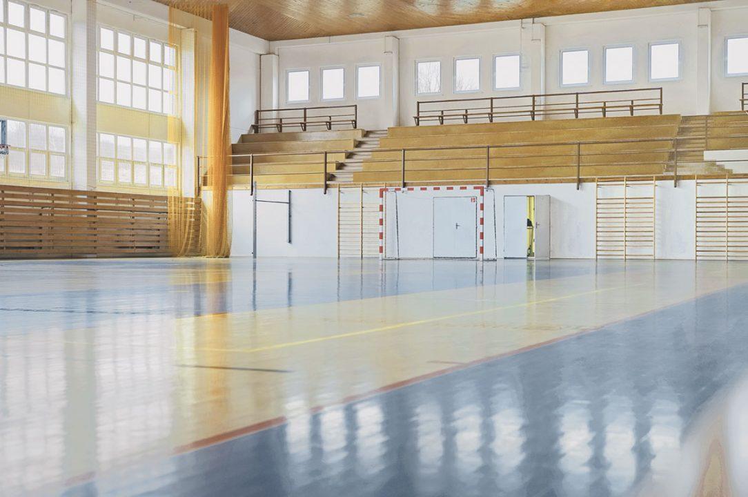 Příklad modulárního systému panelů ve sportovní hale. Klenutá pozinkovaná ochranná mříž zamezuje ztrátu míčů a omezení sportovního provozu. Perforované provedení panelů s akustickou izolací optimalizuje akustické vlastnosti v hale, snižuje dozvuky. Na přání lze panely dodat v barvách sportovního klubu nebo sladit s interiérem haly.