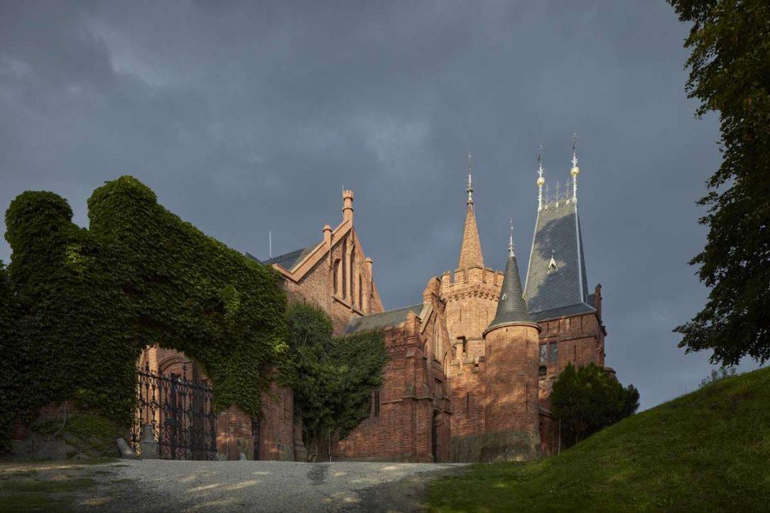 Červený zámek vznikl v letech 1874 až 1881 dle návrhu vratislavského architekta Alexise Langera jako komplex koníren.