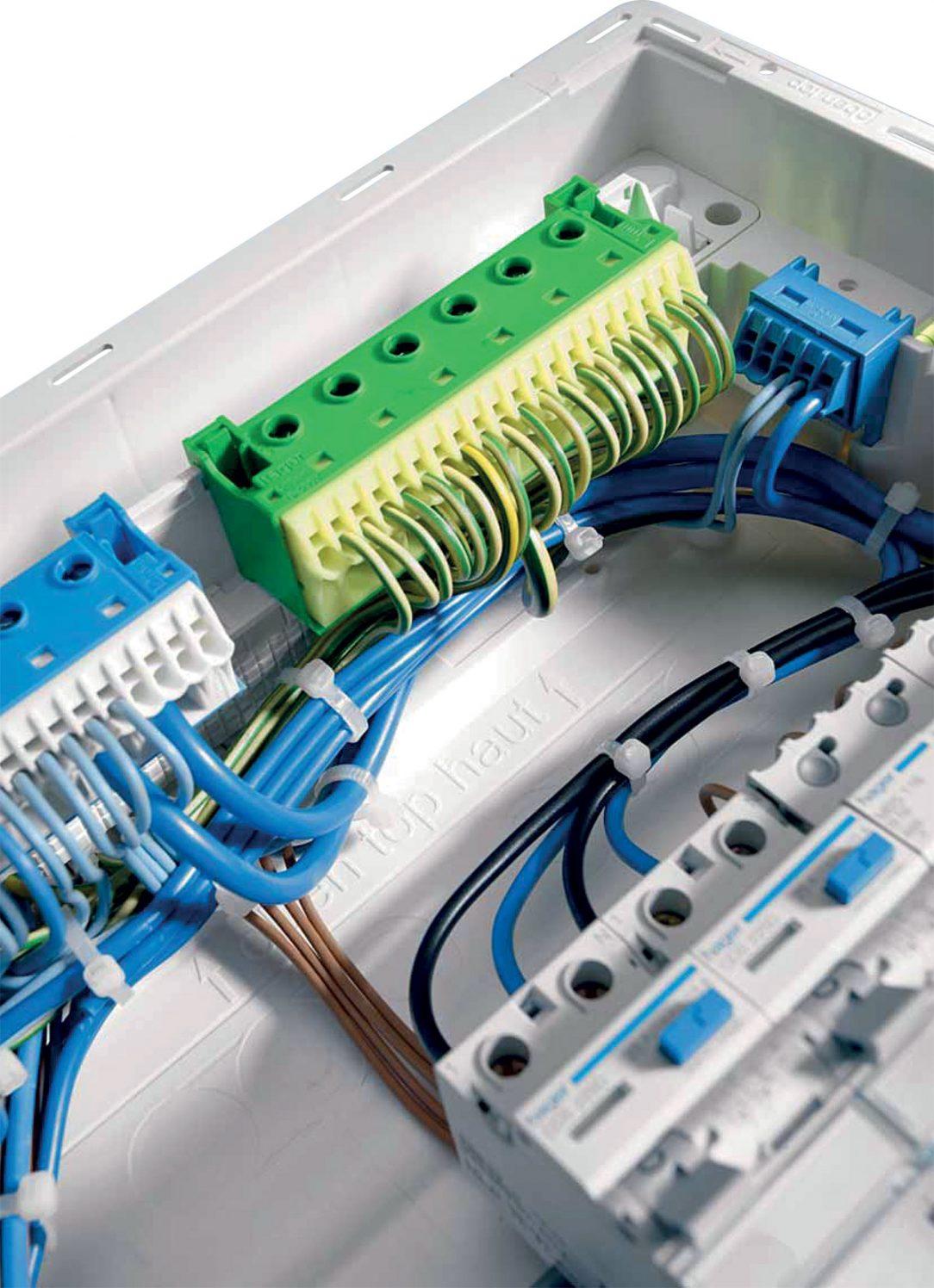 Bezšroubové PE/N svorkovnice pro bezšroubové připojení vodičů do průřezu 4 mm2. PE/N svorkovnice obsahuje šroubové svorky pro vodiče až do průřezu 25 mm2.