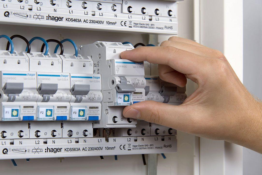 Hřebenová přípojnice umožňuje rychlé vyjmutí přístrojů z nainstalované řady přístrojů – bez nutnosti demontáže.
