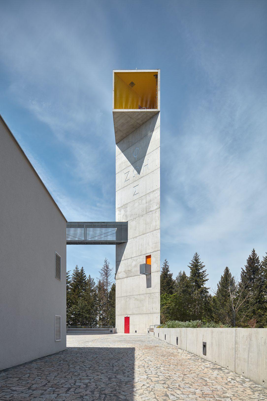 Věž nese nápis FOS ZOE, světlo a život.