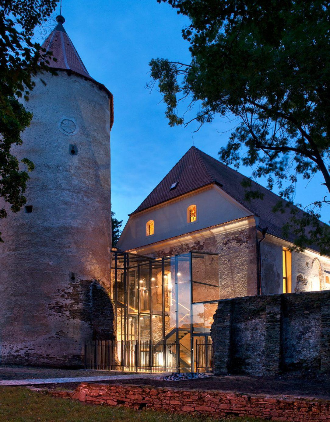 Vestavba knihovny do středověkého hradu v Soběslavi, ateliér Kročák - architekt