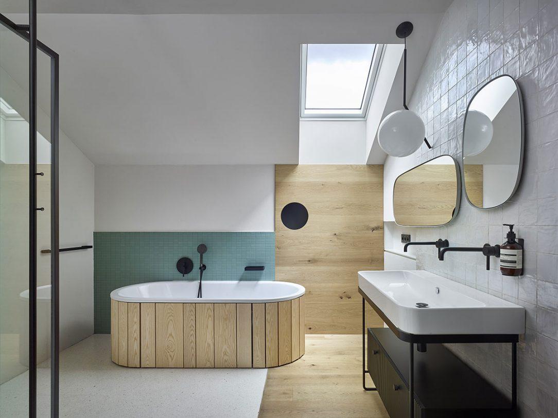 Do vlhkých prostorů architektka vybrala bezúdržbovou variantu okenních rámů.