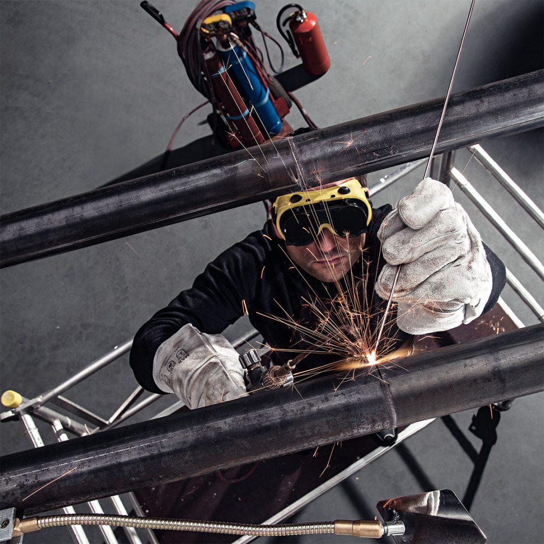 Silnostěnné ocelové potrubí se běžně používá pro rozvody plynu, topných a chladících soustav. Řezání závitových spojů a spojování svařováním je však časově i fyzicky náročné a přináší řadu zdravotních a bezpečnostních rizik.