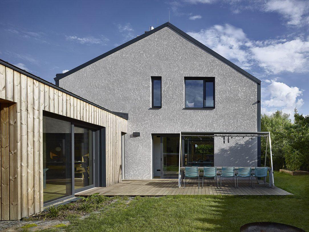 Vše je zarovnané a zastřešené pultovou střechu s fasádou z thermo borovice a pochopitelně s velkou prosklenou stěnou do zahrady.