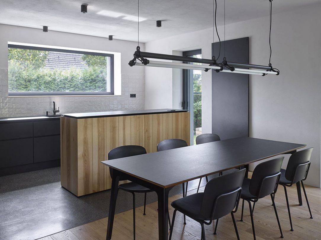 Záměr vytvořit elegantní neutrální základ se promítl například i do výběru jídelního stolu.