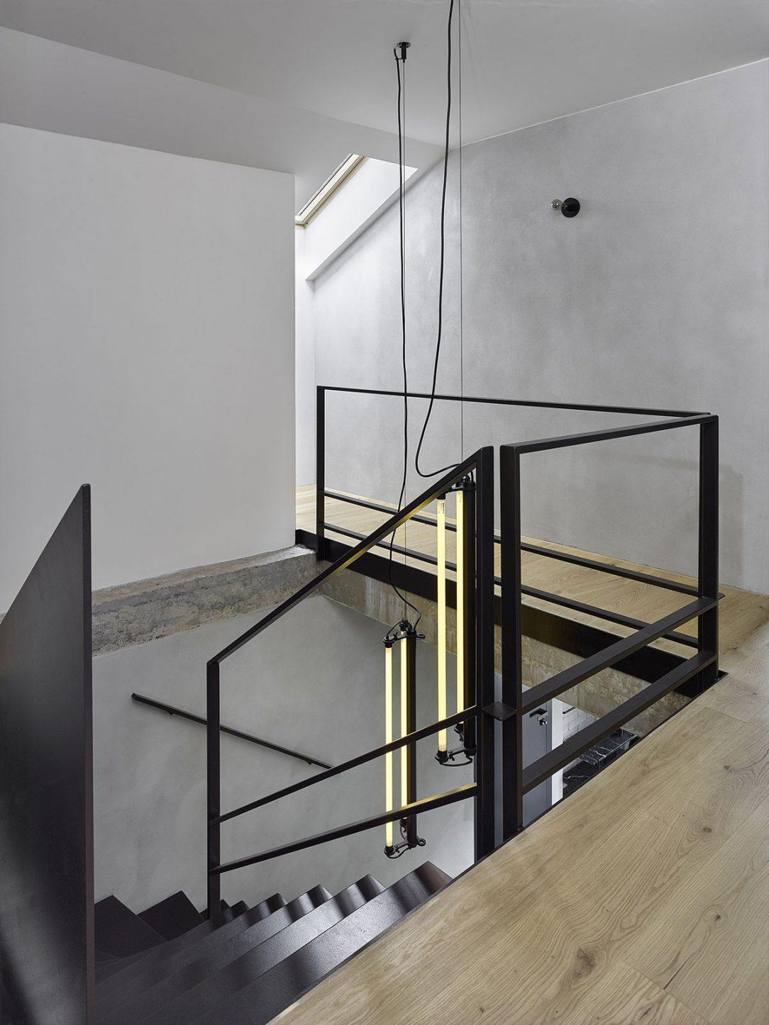 Z 12mm ocelových plátů řezaných laserem je i hlavní zavěšené schodiště které nahradilo původní zděné.