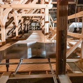 Realizace v prostoru historického dřevěného krovu mezi dřevěnými konstrukcemi má svá specifika.
