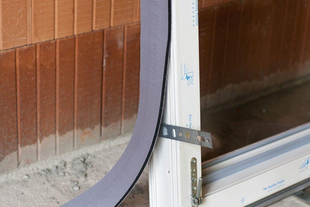 Akrylová samolepicí vrstva výborně drží i na vlhkých okenních rámech.