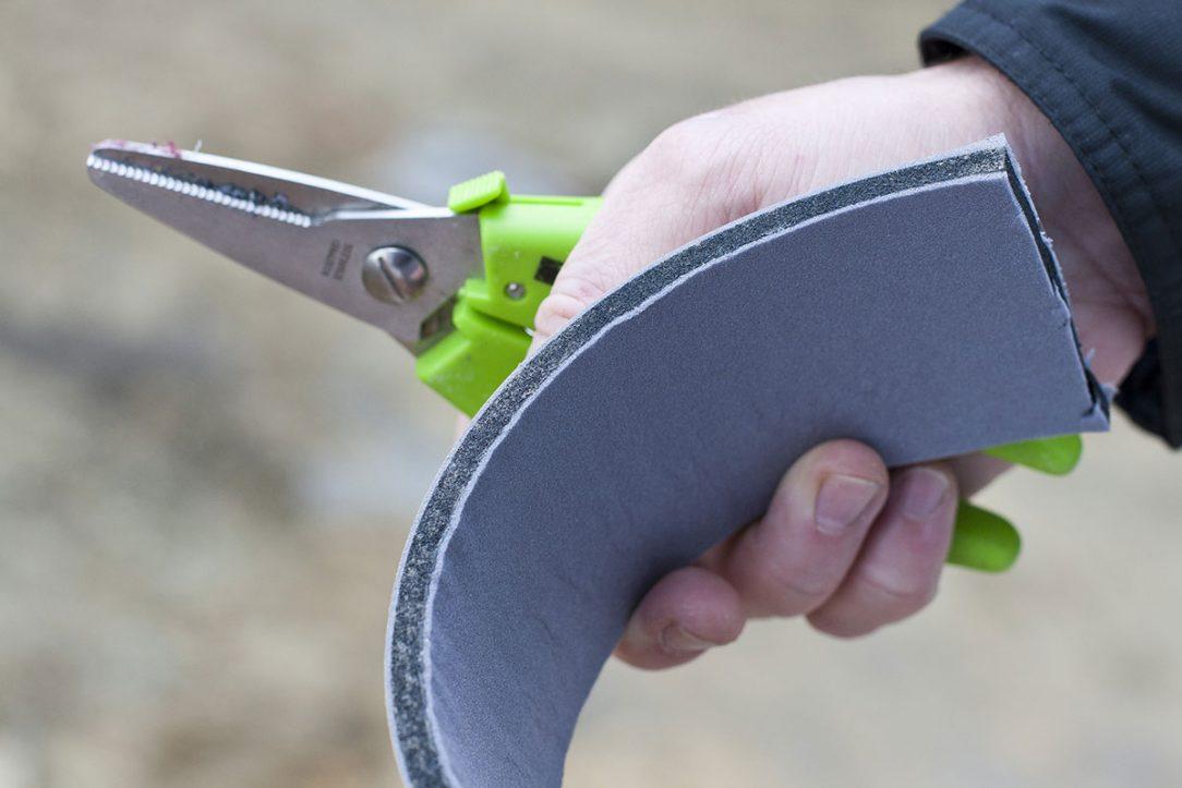 Neimpregnované pěnové pásy zajišťují preciznější a těsnější kontakt s ostěním i okenním rámem.