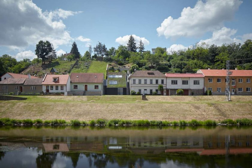 family house in the river valley kuba pilar boysplaynice 01 1200