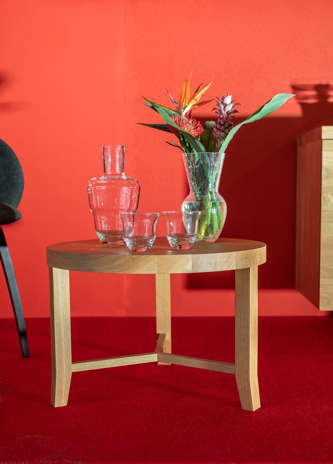 Instalace KLIMCHI Kolekce Shadows vlevo a váza Felicity