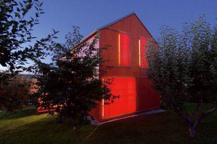 Červený a dřevěný