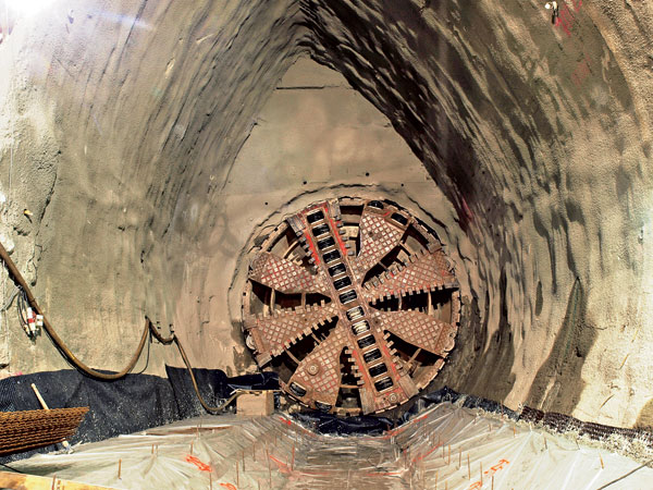Deformace povrchové zástavby při ražbě tunelů pražského metra