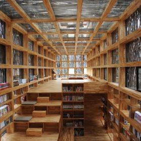 Dřevěná knihovna v čínských lesích