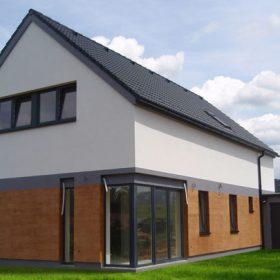 Fasády rodinných domů s designem dřeva a cihlového zdiva