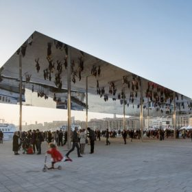 Foster postavil nadčasový pavilon z nerezové oceli