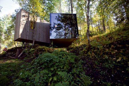 Hotel prorůstající lesem
