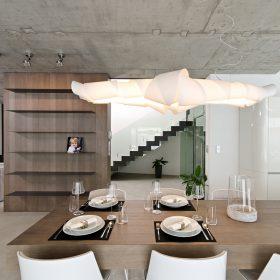 Interiér plný pohledového betonu