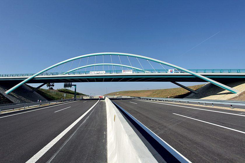 Obloukový most nad rychlostní komunikací R1 u Nitry