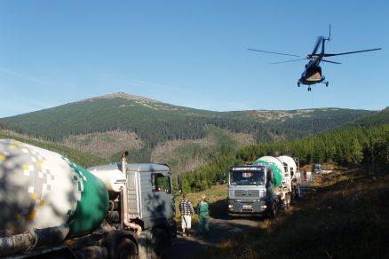 Vrtulník vynesl beton na nejvýše položené místo v České republice