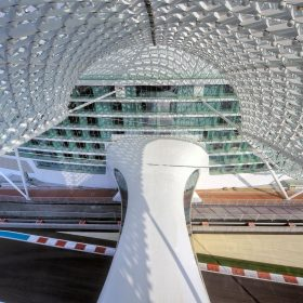 Ikonický hotel nad okruhem F-1 v Abu Dhabi