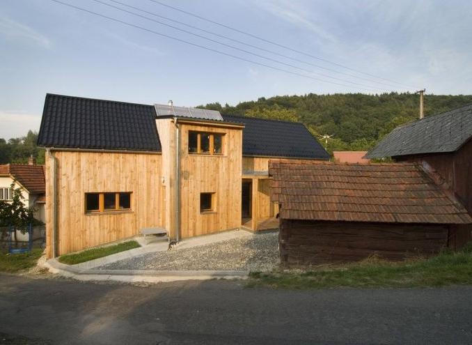 Rodinný dům postavený v duchu moderní dřevěnice