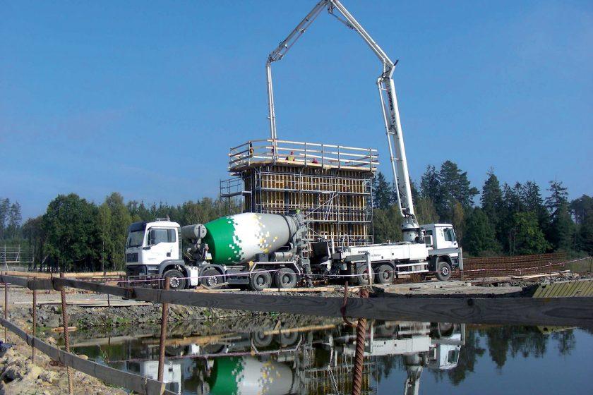 Speciální pilotový beton zakotvil most 30 metrů pod dnem rybníka