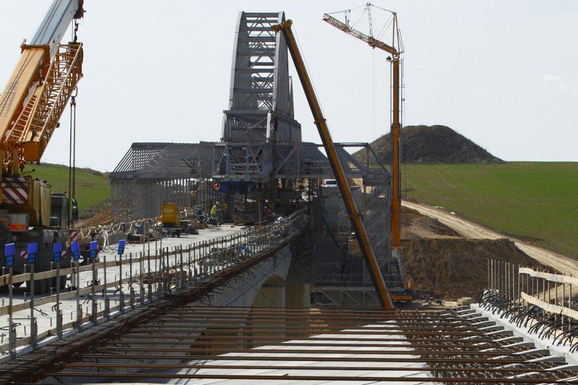 Stavební firmy získaly v srpnu veřejné zakázky za 17,3 mld. Kč