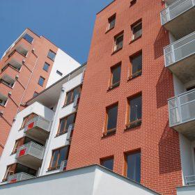 Omítka Ceresit VISAGE na fasádě bytového domu Čakovický park