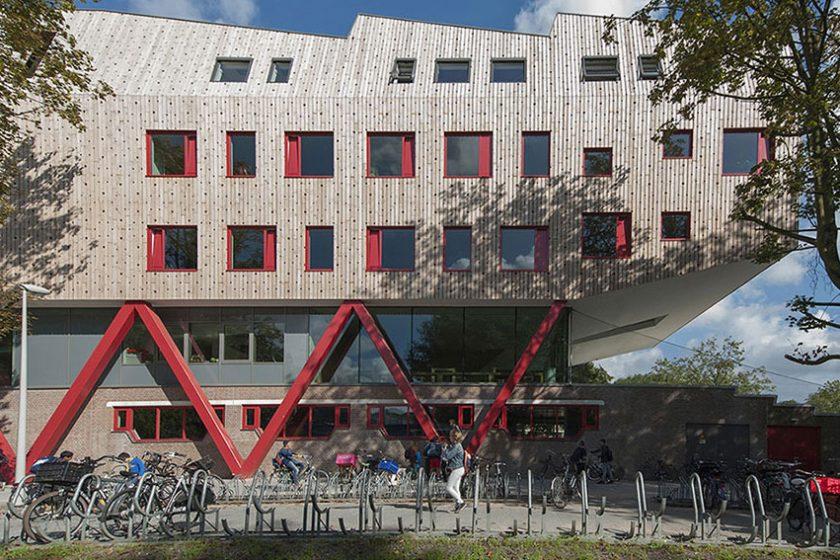 Budova školy je originální kombinací oceli, skla, betonu a dřeva