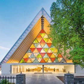 Katedrála zpapíru pro obnovu města