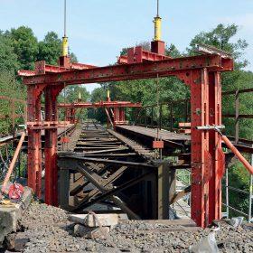 Zvedání mostů s konstrukcemi PERI