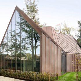 Dům s měděným pláštěm s úsměvem paroduje sedlácké stodoly