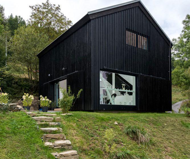 Interiér stodoly, kde prim hraje zábradlí