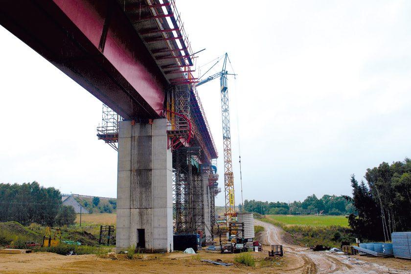 Využití jeřábů Liebherr při modernizaci tratě Tábor–Sudoměřice uTábora