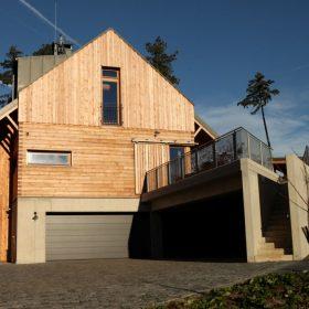 Modřínový dům na lesním svahu