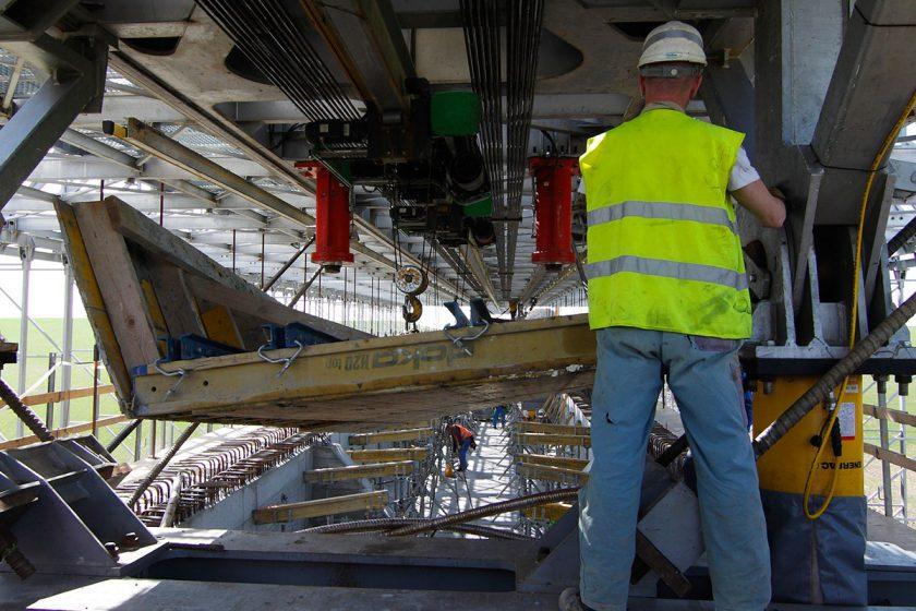 Stavební firmy letos získaly více veřejných zakázek za méně peněz