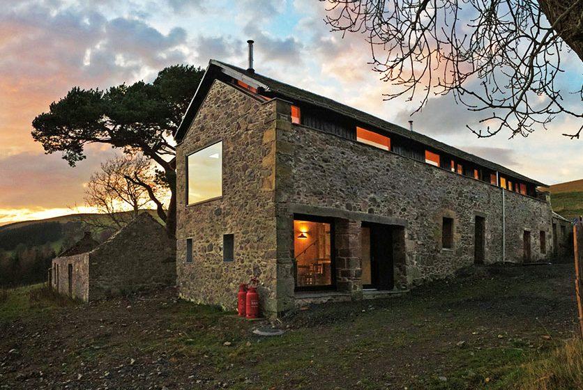 Rekonstrukce staré stodoly na prostorný víkendový dům