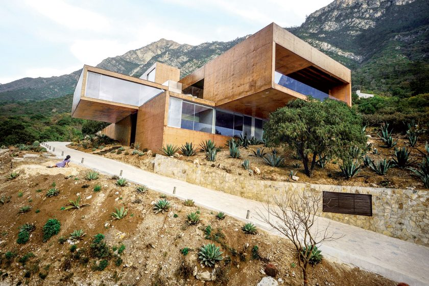 Rodinný dům vklíněný do úbočí mexických hor