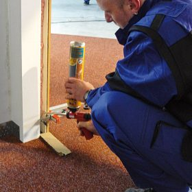 Montáž systému pro posuvné dveře na zeď