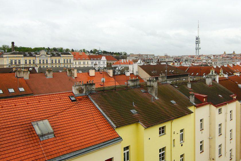 Památkáři regulují stavební zásahy na střechách v Praze