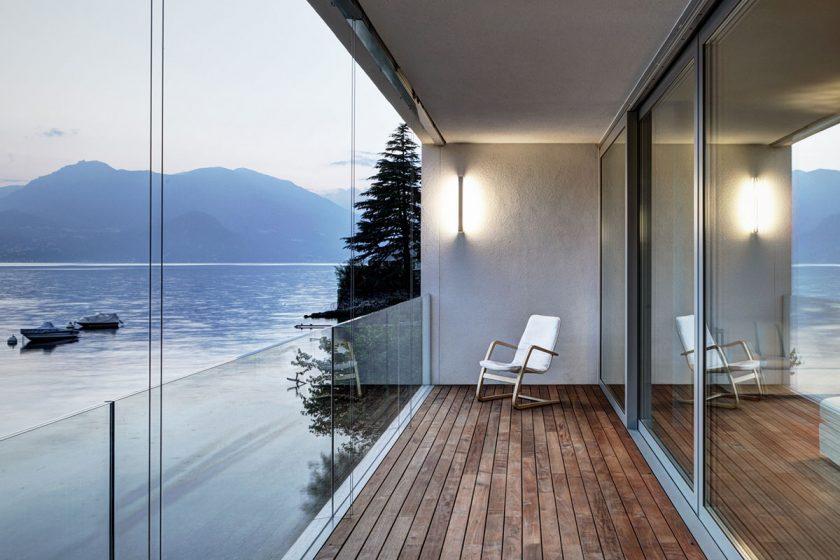 Zářící minimalistická vila s transparentní fasádou